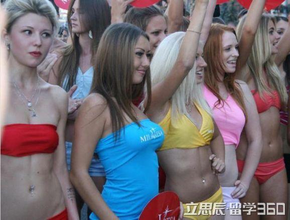 赶紧行动!乌克兰美女泛滥,集体街上游行,举牌求结婚