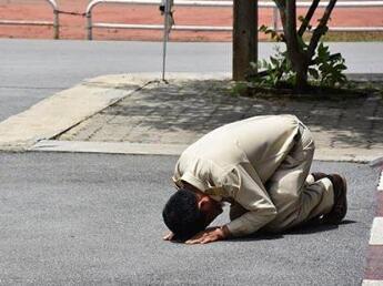 相伴一生终告别!泰国老教师退休跪拜告别学校,师生为之动容。
