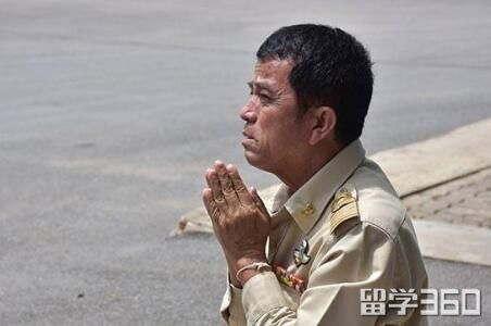 相伴一生终告别!qile518老教师退休跪拜告别学校,师生为之动容。