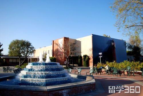 大学位于南加利福尼亚洛杉矶和橘子郡的交界处,离南加州的美丽海滩