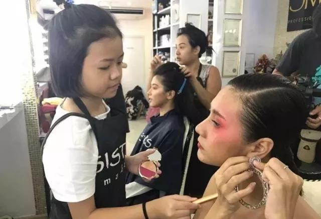 这个真心厉害了!泰国11岁小女孩看视频自学成才,成为伦敦时装周化妆师。