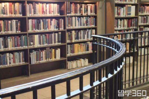 在图书馆内打工简单容易上手, 比如检查进出同学的学生证件,整理书籍
