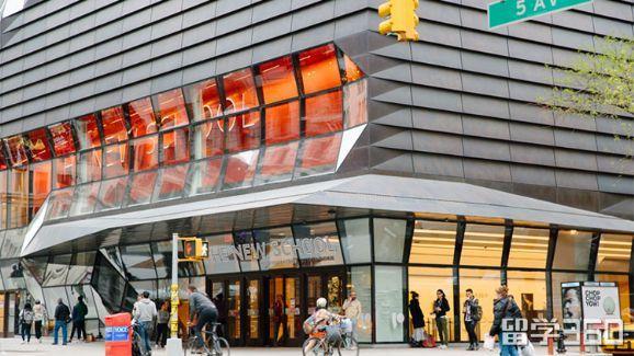 据立思辰留学360介绍,帕森设计学院自1970年起便附属于新学院(又称新学院大学),是全美国所设有服装设计课程的大学,也是私立艺术与设计学院协会(Association of Independent Colleges of Art and Design,简称AICAD)的会员之一。帕森设计学院的校园有两英亩的校地在纽约市第五大道,主要坐落于纽约格林威治村,著名的时尚部门则位于市中心的制衣区。   帕森设计学院有约三千八百名大学生,以及超过四百名研究生。该校也提供专业进修课程与认证课程,以及高中生的
