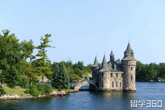 大学坐落在加拿大风景秀美的著名城市伦敦,距加拿大大城市多伦多以及