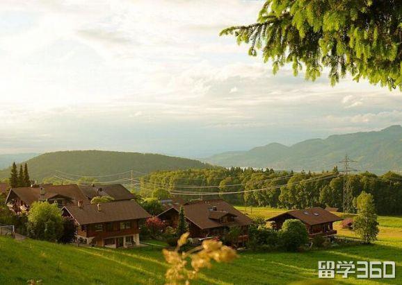 弗里堡大学与瑞士蒙特勒酒店工商管理大学(HIM)哪个好?
