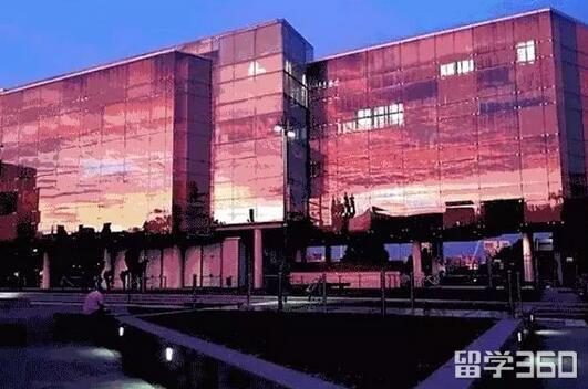 建筑的玻璃外墙设计成百叶的形式来捕捉光,在日落时刻特别壮观!图片