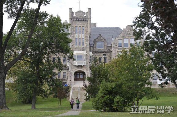 立思辰留学云推荐:去加拿大留学读高中,选择私立大学好不好?