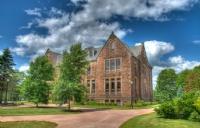 为什么蒙特埃里森大学能够吸引大批其他省市和国家的学生前来学习?