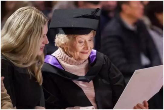 澳洲墨大迎来了史上最老毕业生, 90岁老奶奶荣获墨大硕士学位!