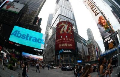 """""""立思辰留学""""亮相纽约时代广场纳斯达克大屏 为祖国70周年庆生"""