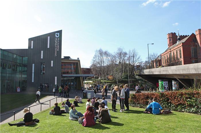 太抢手了!这所学校连续八年被评为英国学生满意度五强院校!