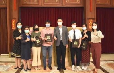 """中国驻泰大使馆为在泰留学生发放""""健康包"""""""