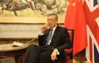 中国驻英国大使馆组织包机撤离在英小留学生