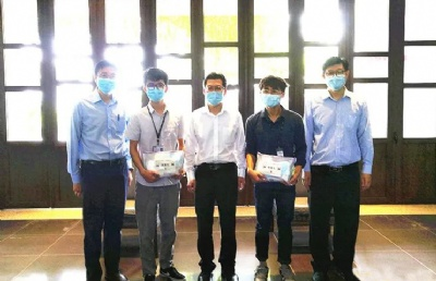 """驻马来西亚槟城总领事为拉曼大学中国留学生分发""""健康包"""""""