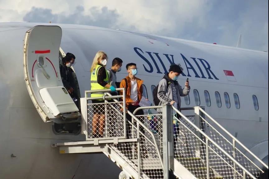 今早第一批返澳学生已抵澳洲,学校代表在机场举牌欢呼迎接!