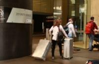 返澳旅客新规出炉:72h内新冠检测、飞行全程戴口罩!