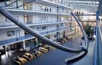 大学里的奇葩交通工具――抛物线滑梯?