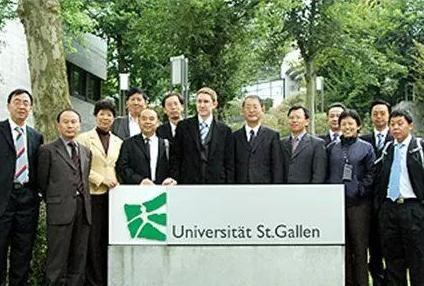 惊了!SMU 商学院院长荣获瑞士圣加仑大学荣誉学位
