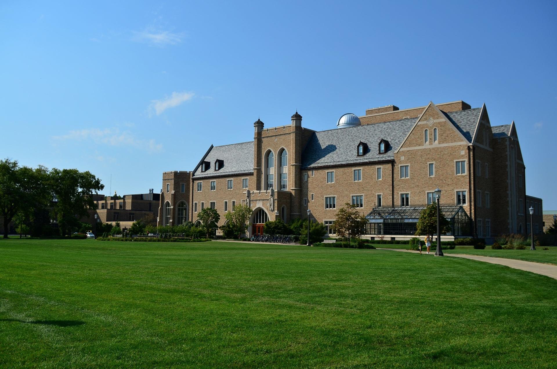 美国圣母大学:我不是巴黎圣母院,但我有着和巴黎圣母院相似的历史!