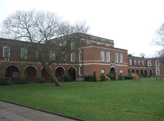 英国领先的多元文化学校之一!皇家罗素中学