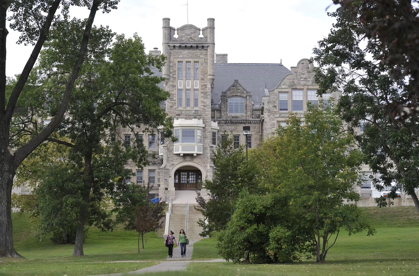 加拿大大学的费用大揭秘,让同学们心里有个底!